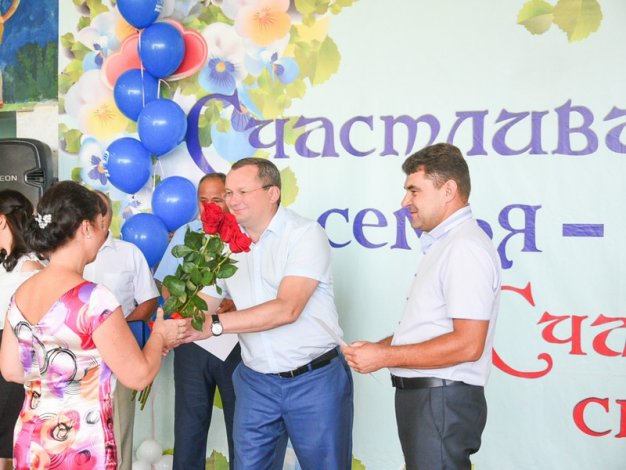 Игорь Мартынов поздравил камызякцев с Днем любви, семьи и верности