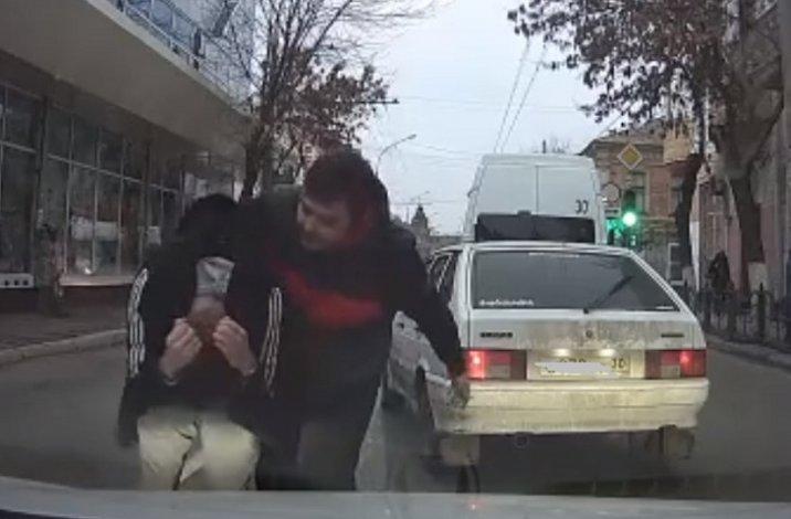 Астраханский маршрутчик устроил беспредел напротив полицейского управления