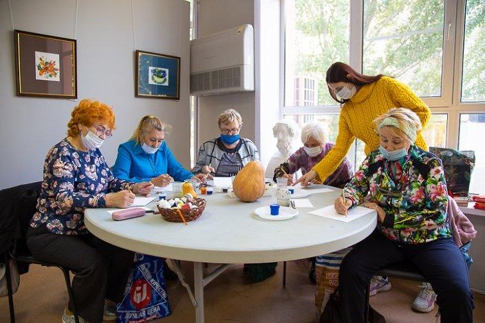 Пенсионеры рисуют радостную осень
