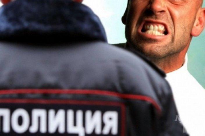 В торговом центре астраханец напал на полицейского