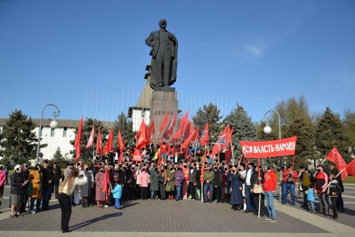 На митинг к годовщине Октябрьской революции в Астрахани пришло сто человек