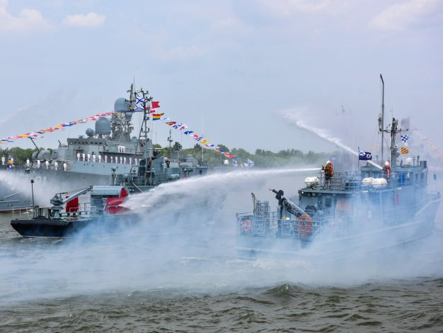 Игорь Бабушкин и Игорь Мартынов вместе с астраханцами отметили День ВМФ