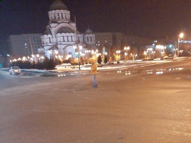 В Астрахани неадекватный человек бросался под колёса