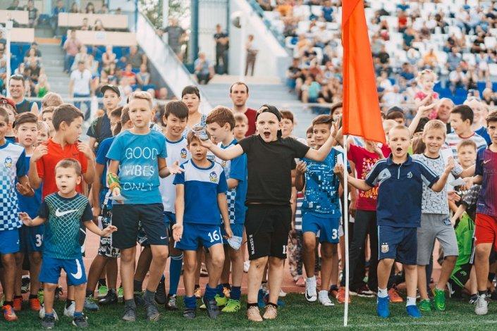 На стадионе в Астрахани яркий футбол показали дети