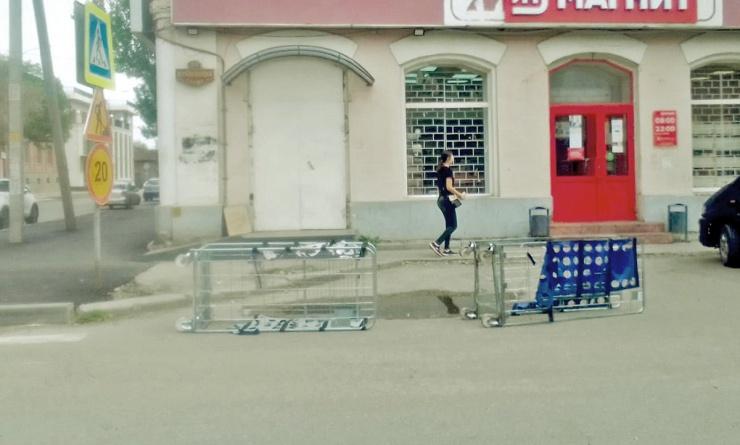 Сотрудники сетевого магазина в Астрахани разбрасывают торговое оборудование у входа