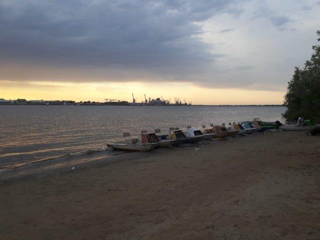 На пляже в центре Астрахани утонул упавший с катамарана подросток