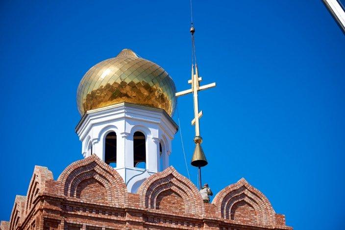 На храме Сергия Радонежского в Астрахани установлены купол и крест