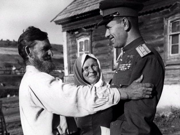 В Астрахани вышла книга к 100-летию прославленного лётчика