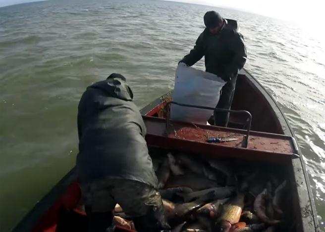 На Каспии 18 дней ищут пропавших рыбаков