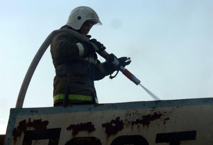 Заброшенная плавучая гостиница сгорела под Астраханью