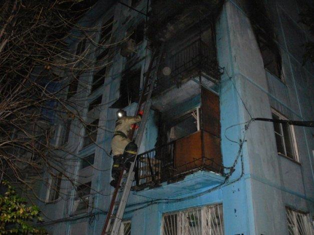 В астраханской многоэтажке загорелись три квартиры