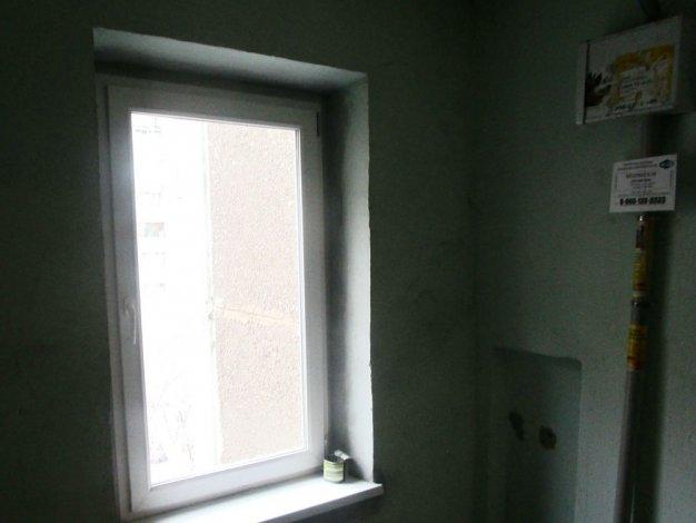 Из окна подъезда многоэтажки выпал пьяный астраханец