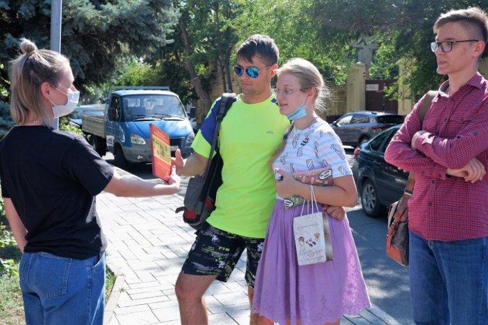 Астраханские библиотекари дарили книги прохожим