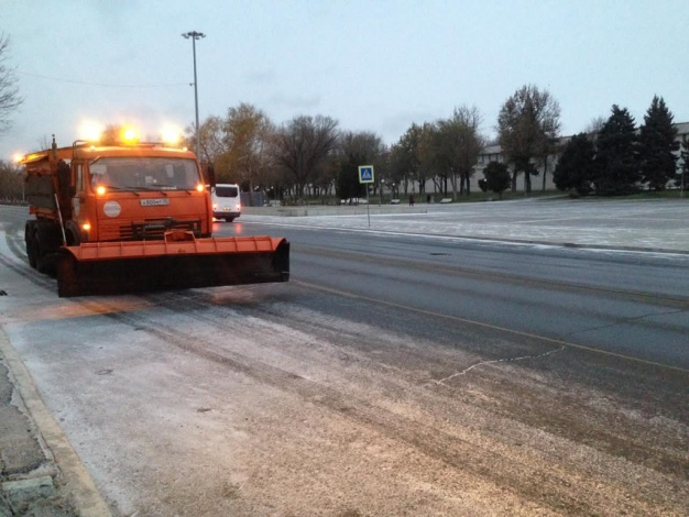 Власти Астрахани убирают с дорог снег