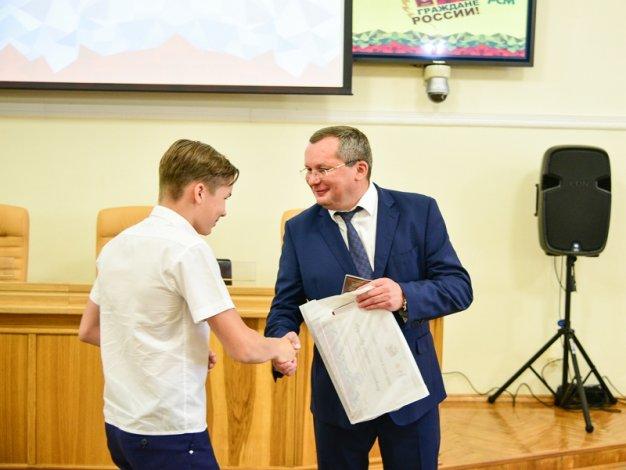 Игорь Мартынов вручил паспорта 19 юным астраханцам