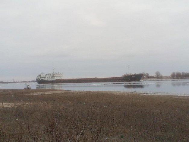 Под Астраханью сухогруз с зерном сел на мель