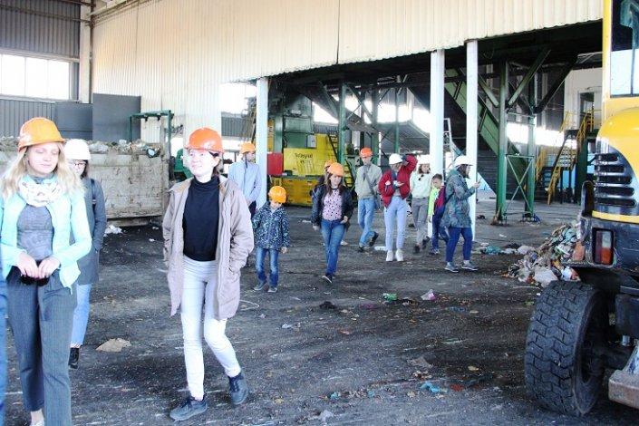 Общественники увидели процесс сортировки отходов в Астрахани