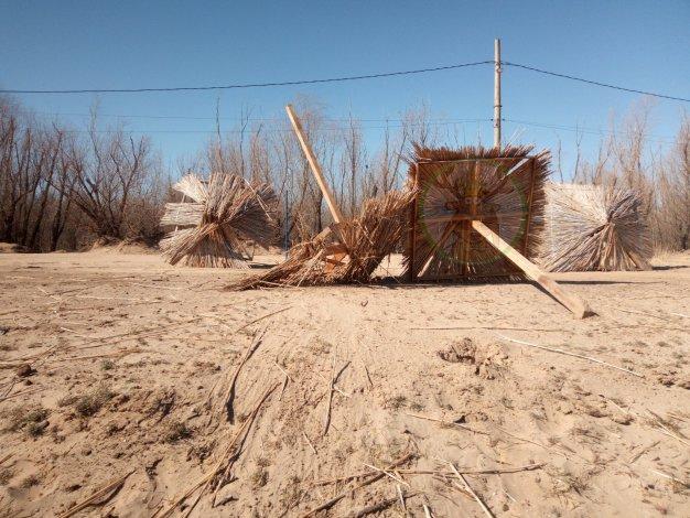 Центральный пляж в Астрахани разнесен и сожжен