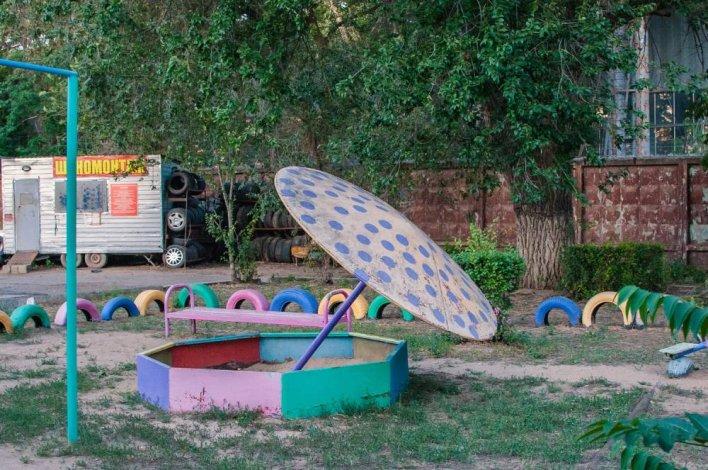 В Астрахани продолжают проверять детские площадки