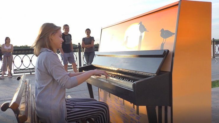 В центре Астрахани власти расставили пианино
