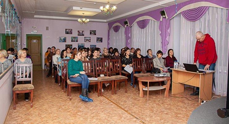 Астраханские специалисты социальной отрасли обсудили алгоритм помощи подросткам в критической ситуации