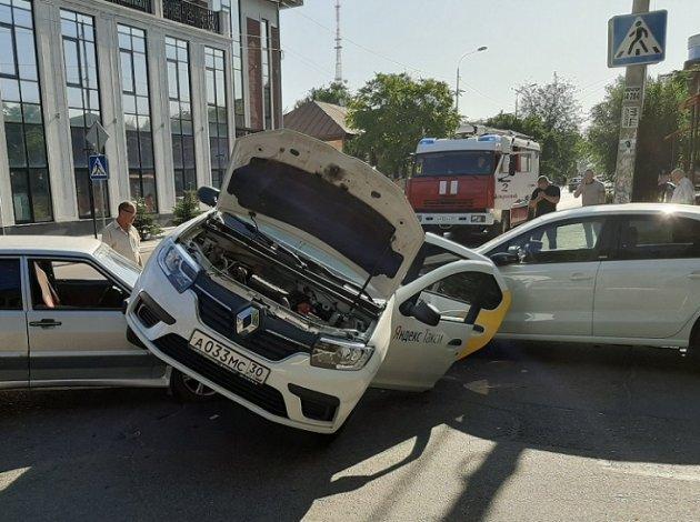В тройном ДТП в центре Астрахани едва не перевернулось такси