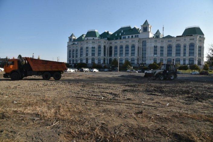 На фоне Астраханского театра оперы и балета появится парковка