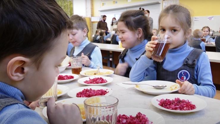 Качество путинских горячих обедов для школьников в Астрахани под угрозой
