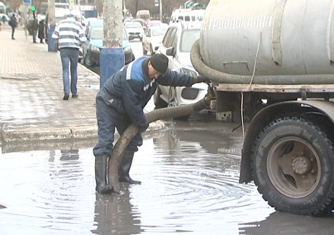 Коммунальные службы устраняют последствия непогоды в Астрахани
