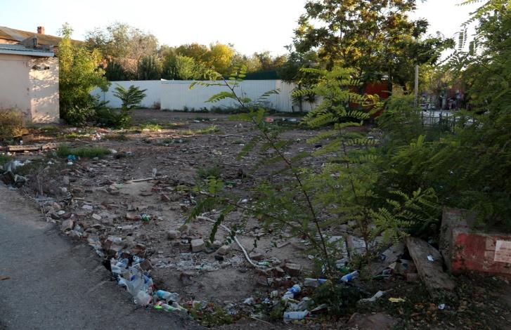 В центре Астрахани появился новый пустырь для мусора