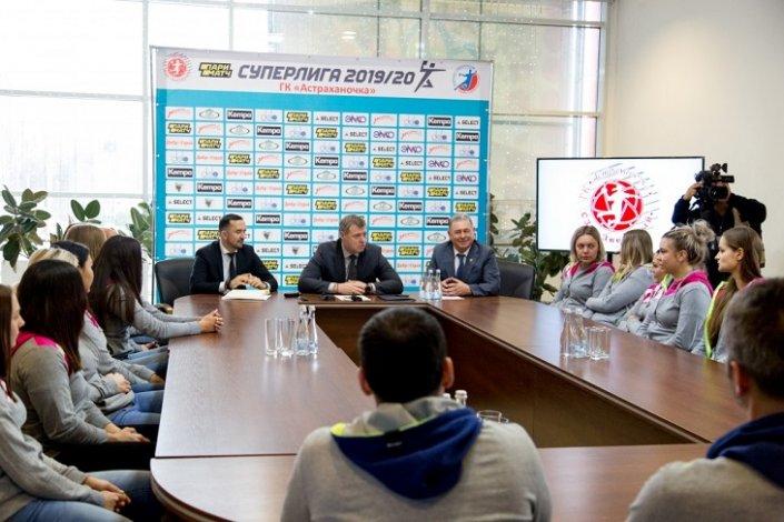 Игорь Бабушкин встретился с астраханскими гандболистками