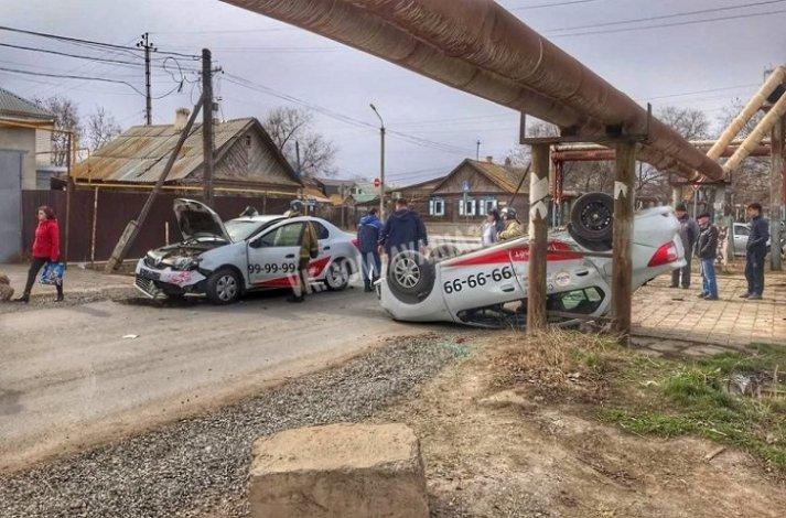 В Астрахани столкнулись два такси