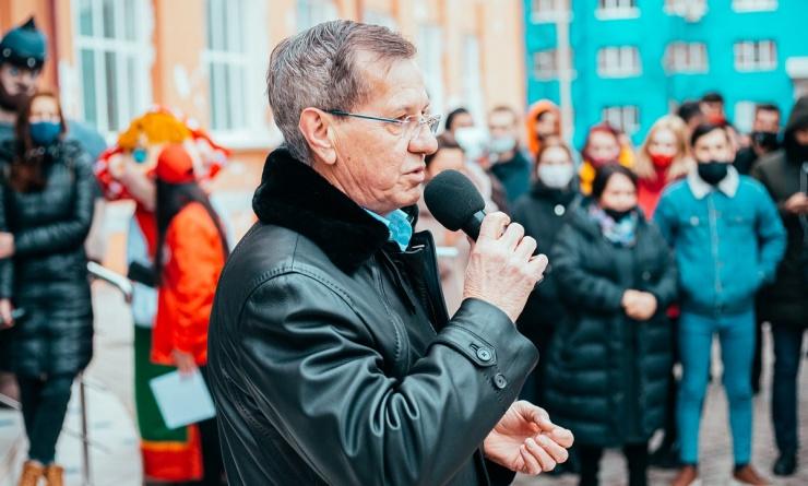 Экс-губернатор Астраханской области Александр Жилкин угостил студентов глинтвейном