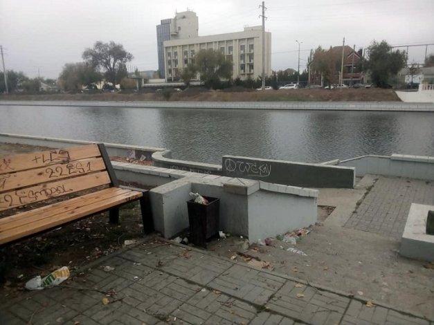 Кучи мусора в центре Астрахани возмутили горожан