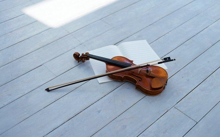 Уличный скрипач радует жителей Астрахани