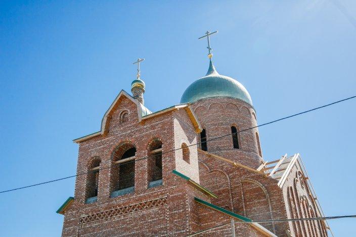 На новом храме в селе Началово установлены купол и крест