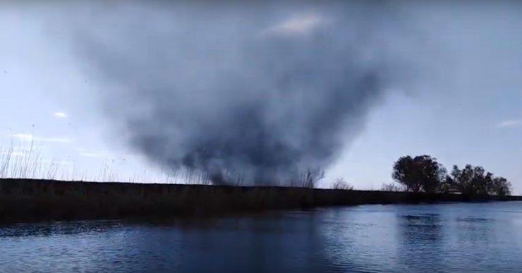 Астраханские рыбаки сняли смерч в дельте Волги