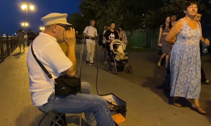 Опубликовано видео выступлений уличных музыкантов на набережной Волги в Астрахани